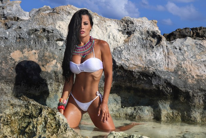 Fernanda D'avila posa sensual em praia de Cancun